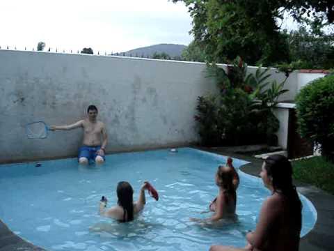 Mais demencia em uma pequena piscina youtube for Dimensiones de piscinas pequenas
