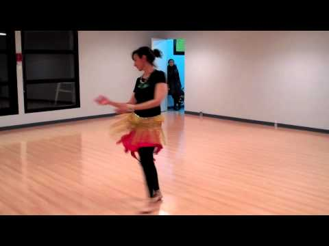 Nadia de l'association mille et un paris danse orientale avec voile