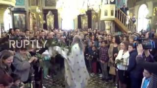 Greece  Priest throws bay leaves into congregation in Easter celebration