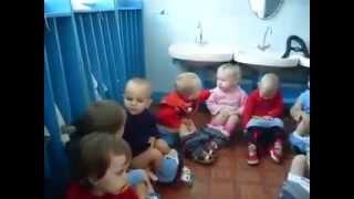 ولد شقى بيبوس بنت فى الحمام