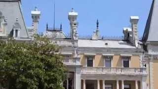 Массандровский дворец - фасад здания и парк перед дворцом(Обзорное видео парка перед дворцом - http://my-krym.ru/yalta/массандровский-дворец/ http://my-krym.ru - более 7 тысяч фотографи..., 2014-06-22T08:45:27.000Z)