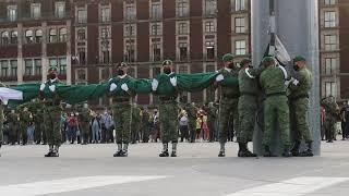 Extranjero se emociona con la ceremonia de arriamiento de la  bandera mexicana