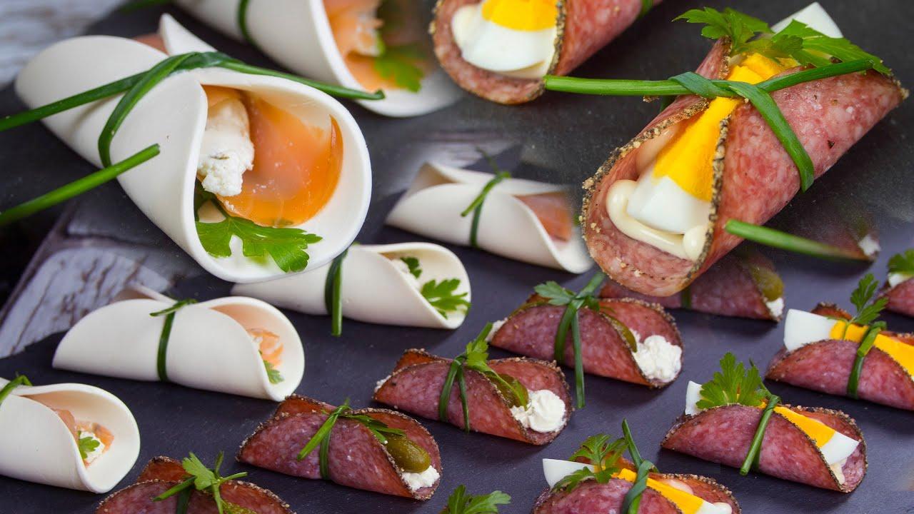 Pyszne przekąski związane szczypiorkiem - salami i serek śmietankowy