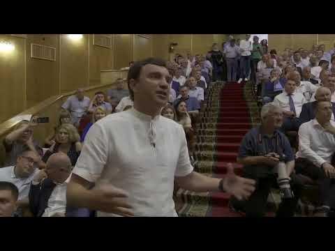 """Зеленський попросив Іванчука відремонтувати дорогу на окрузі, де переміг представник """"Слуги народу"""""""