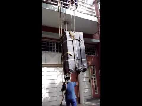 Subiendo una heladera por el balcon youtube - Como subir muebles por escalera caracol ...
