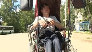 Инвалид мечтает о коляске с электроприводом(Он мечтает об электромобиле. Так инвалидную коляску с электроприводом называет 30-летний Роман Катусов...., 2014-07-08T11:02:12.000Z)