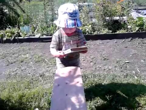 Малыш круто читает книгу