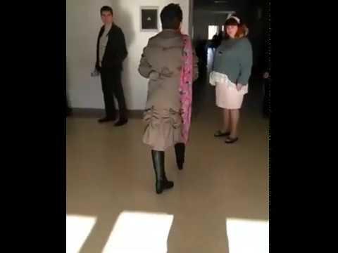 Пидарасы - кричит женщина, уставшая ждать в очереди