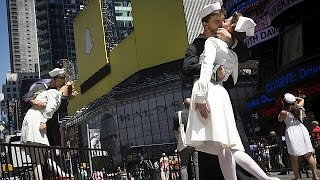NYC couples re-enact WW2 kiss