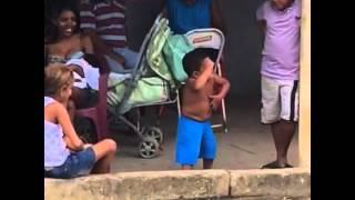 Menino dançando forró - Esse é forrozeiro