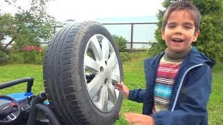 Дети играют с игрушечной машиной Притворяются что поставили Гигантское колесо машинке