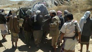 شاهد..إتهامات للحوثيين بمصادرة مواد الاغاثة لتعز
