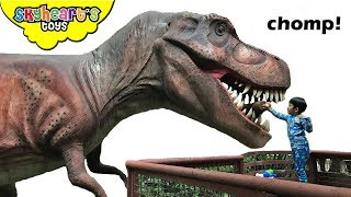 FEEDING THE GIANT T-REX! Skyheart & Daddy goes back to jurassic world dinosaurs for kids