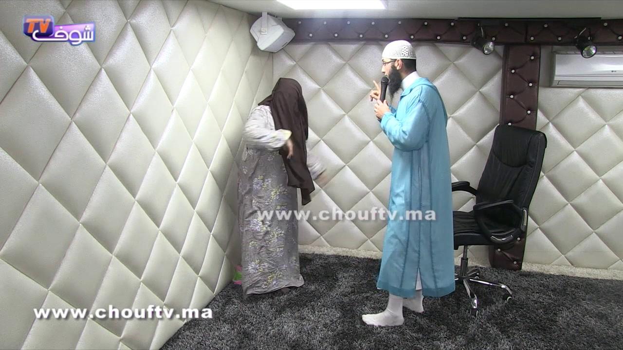 صادم..لحظة استخراج جن على المباشر من سيدة مغربية و حوار مثير بين الجِني و الراقي(شاهد الفيديو)