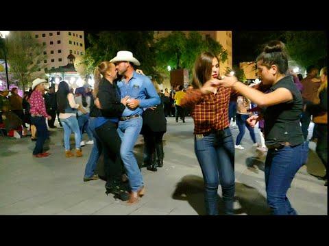La familia Ética bailando desde la plaza de armas