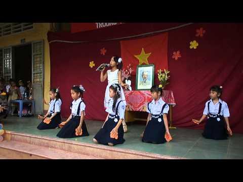 bụi phấn.Bé Như Ý và nhóm múa lớp 2A. Trường TH Long Khánh A6