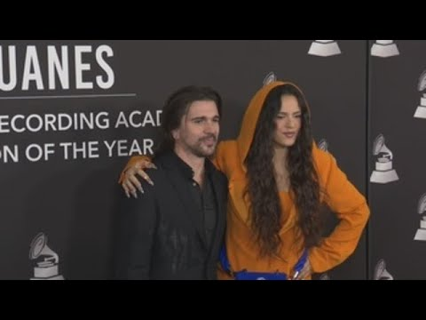 Calamaro, Cami y Mon Laferte se arrodillan ante Juanes en los Latin Grammy