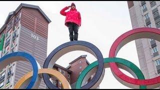 スイス代表のスキー選手 平昌五輪会場で片手でエスカレーターに乗ったり五輪エムブレムに登ったりで炎上
