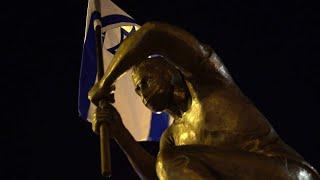 """""""צריך סמל"""": מאחורי הקלעים של יצירת פסל המחאה נגד רה""""מ"""