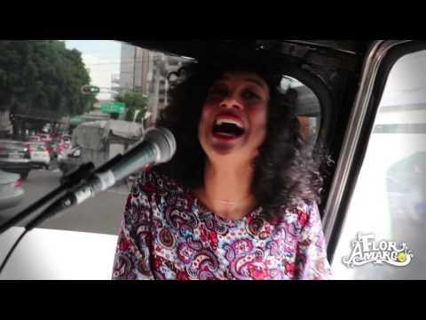 Flor Amargo canta en la micro