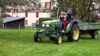 ชาวนาสวิสกำลังเก็บผลแอ๊เปิ้ลที่หมู่บ้าน Alpnach Dorf,Switzerland.