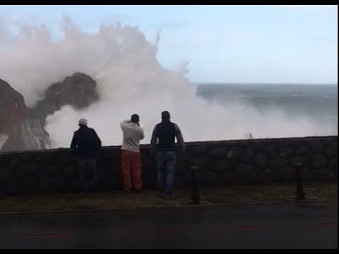 Increible ola sorprende a los presentes durante el temporal en Castro Urdiales 17/01/2018