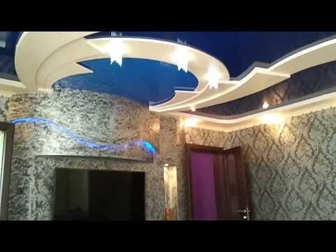 Многоуровневые потолки из гипсокартона и натяжного потолка в домике в деревне