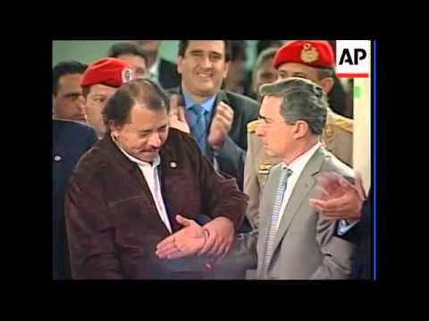 Colombia President Uribe shakes hands with Chavez, Correa