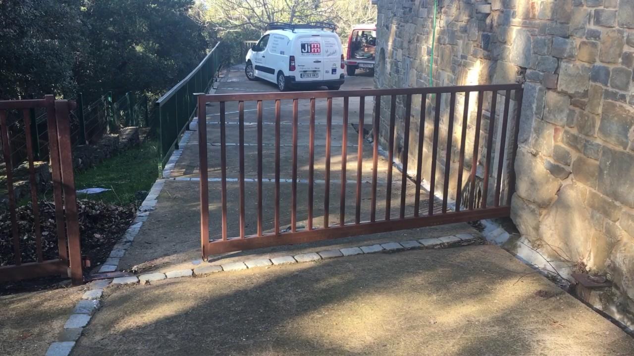 Puerta corredera sin guia youtube for Puerta corredera exterior jardin