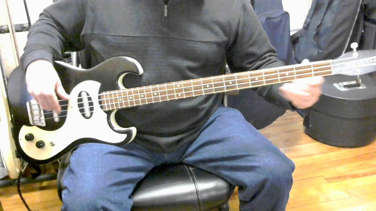 review danelectro dano 39 63 long scale bass youtube. Black Bedroom Furniture Sets. Home Design Ideas