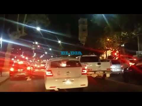 """Con un """"ruidazo"""", platenses se manifiestan contra el """"tarifazo"""" en Plaza Moreno"""