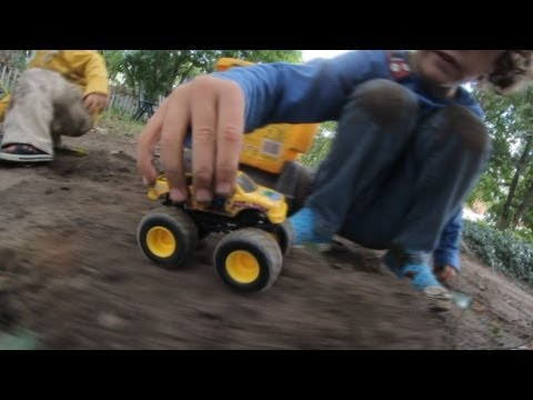 KIDS PLAYING WITH CARS ACTION FUN RACES