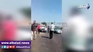 شلل مروري بطريق سقارة السياحي بعد تصادم  سيارة ميكروباص مع نصف نقل .. فيديو