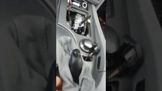 снять средний консоль на БМВ 525i E60