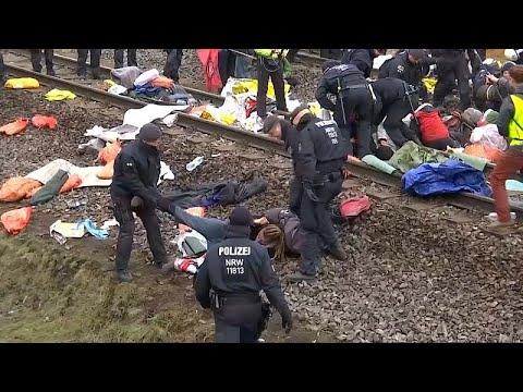 شاهد: إلقاء القبض على متظاهرين افترشوا قضبان قطار في ألمانيا …  - 06:53-2018 / 10 / 29