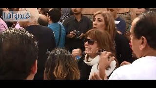 بالفيديو : انهيار الفنانة أميرة العايدي في عزاء زوجها السابق وائل نور وسط صراخ المعزين