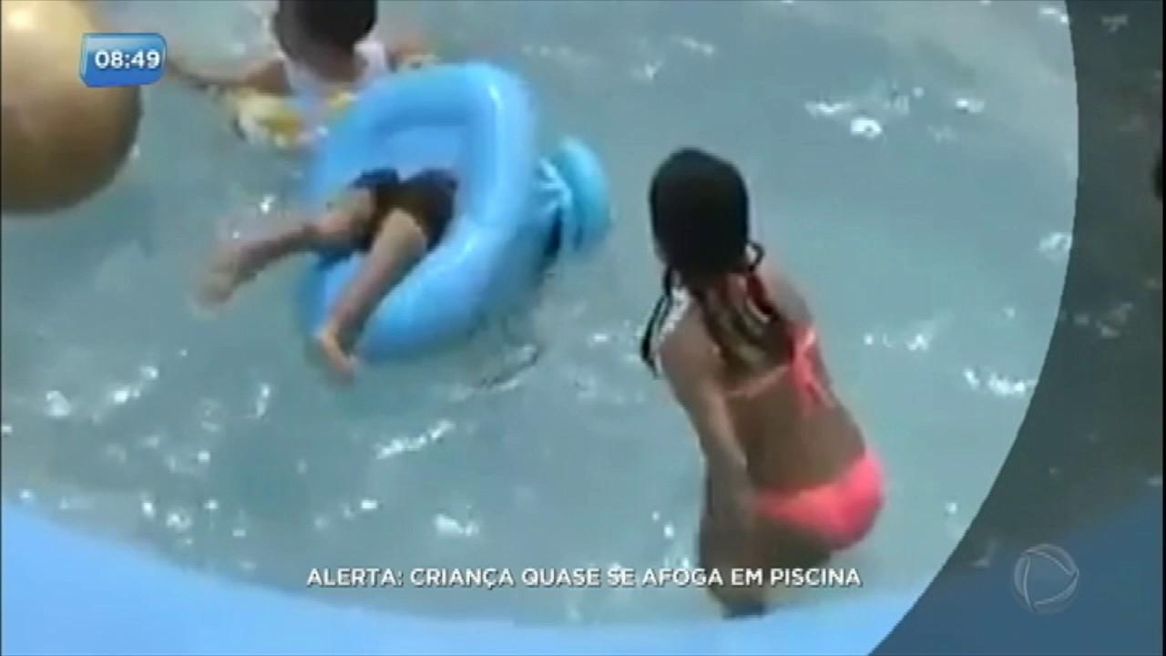 Mesmo de boia crian a quase se afoga em piscina youtube for Piscina bebe con parasol