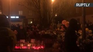 Жителі Кемерова несуть квіти та іграшки до ТЦ «Зимова вишня», в якому сталася пожежа