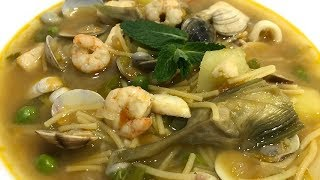 Cazuela de fideos con pescado, marisco y verduras