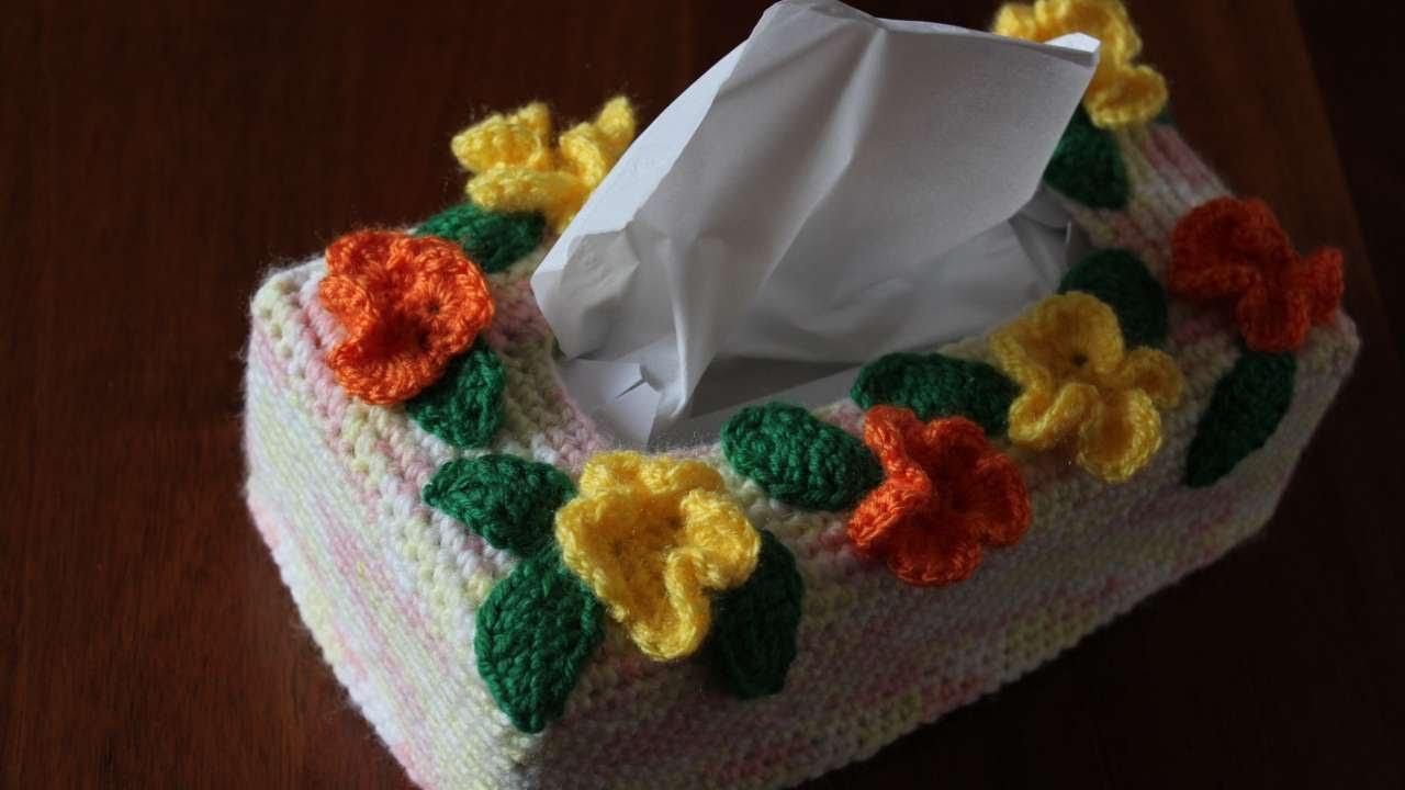How to crochet a pretty flower tissue box cover diy home for Box parto cani fai da te