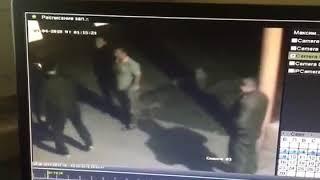 Потерпевший выходит сам из здания вместе с братом