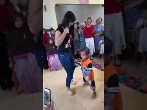 Yang lagi viral tante tante yg pintar goyang vs anak kecil