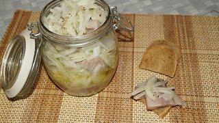 Селедка с луком. Закуска из маринованной в уксусе селедки и лука.
