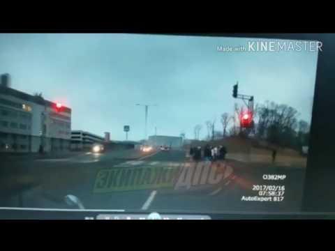 Врезалась в пешеходов на Русском острове - YouTube