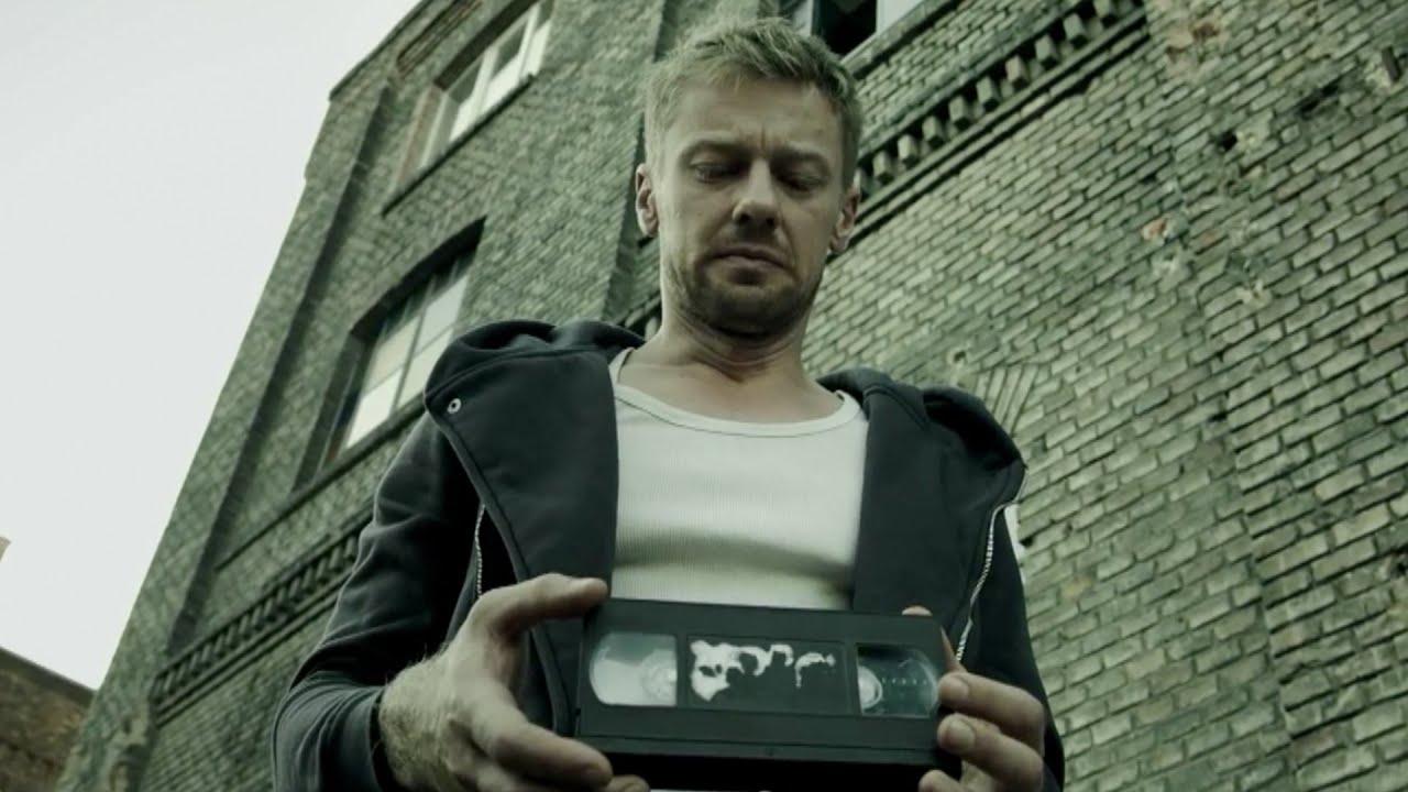 【穷电影】男子在外面捡到一卷录像带,带回去播放,被里面的画面给吓到了