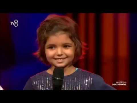 Murat Boz minik hayranı Zeynep'le O Ses Türkiye sahnesinde Adını Bilen Yazsın söyledi