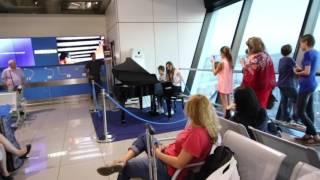 Импровизированный концерт в аэропорту Рима