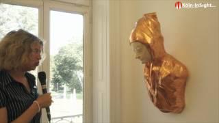 Katja Egler Streil führt durch die Ausstellung Maison de Plaisance