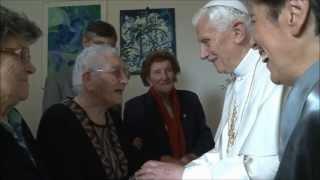 Benedetto XVI tra gli anziani della comunità di Sant'Egidio