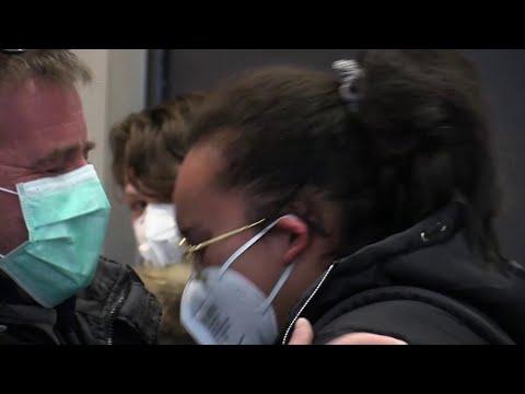 Coronavirus, abbracci e lacrime a Malpensa per gli ultimi voli dalla Cina: 'E' stata dura'